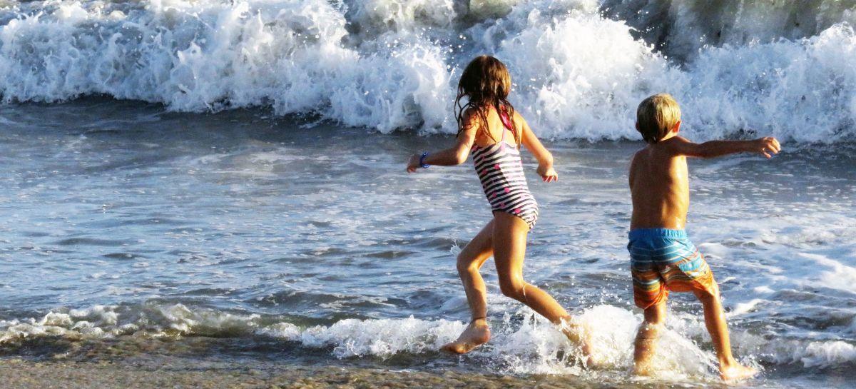Dzieci kąpiące się w morzu