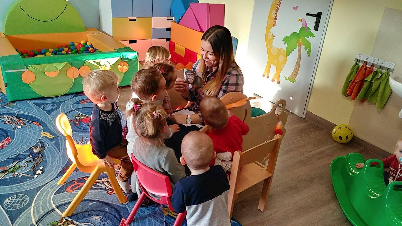 nauczycielka z małymi dziećmi